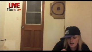 MrsSkittlez - Snorts and Eats Meal Worms on Battlecam.com